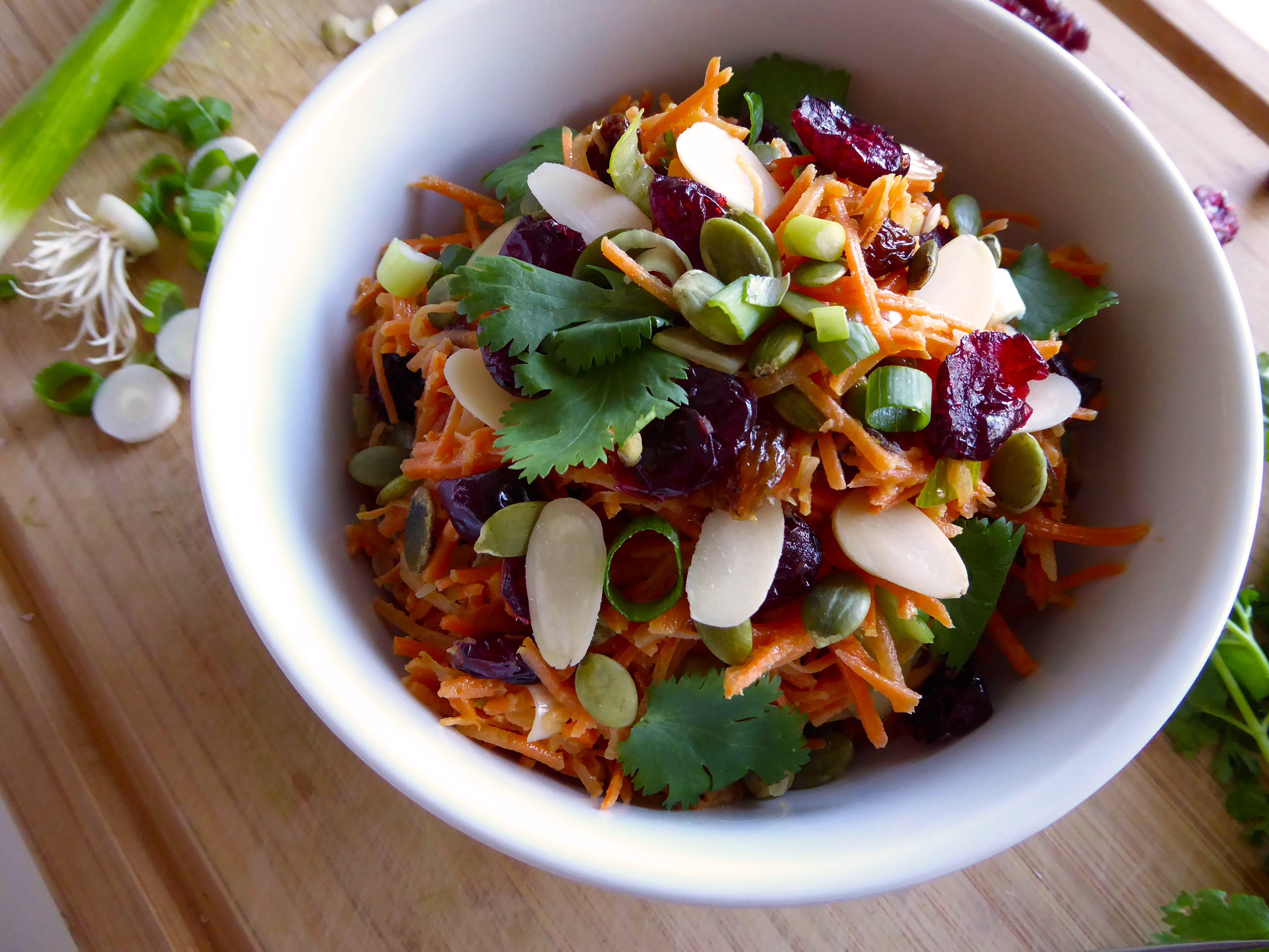 Salade de carotte, fruits séchés et noix