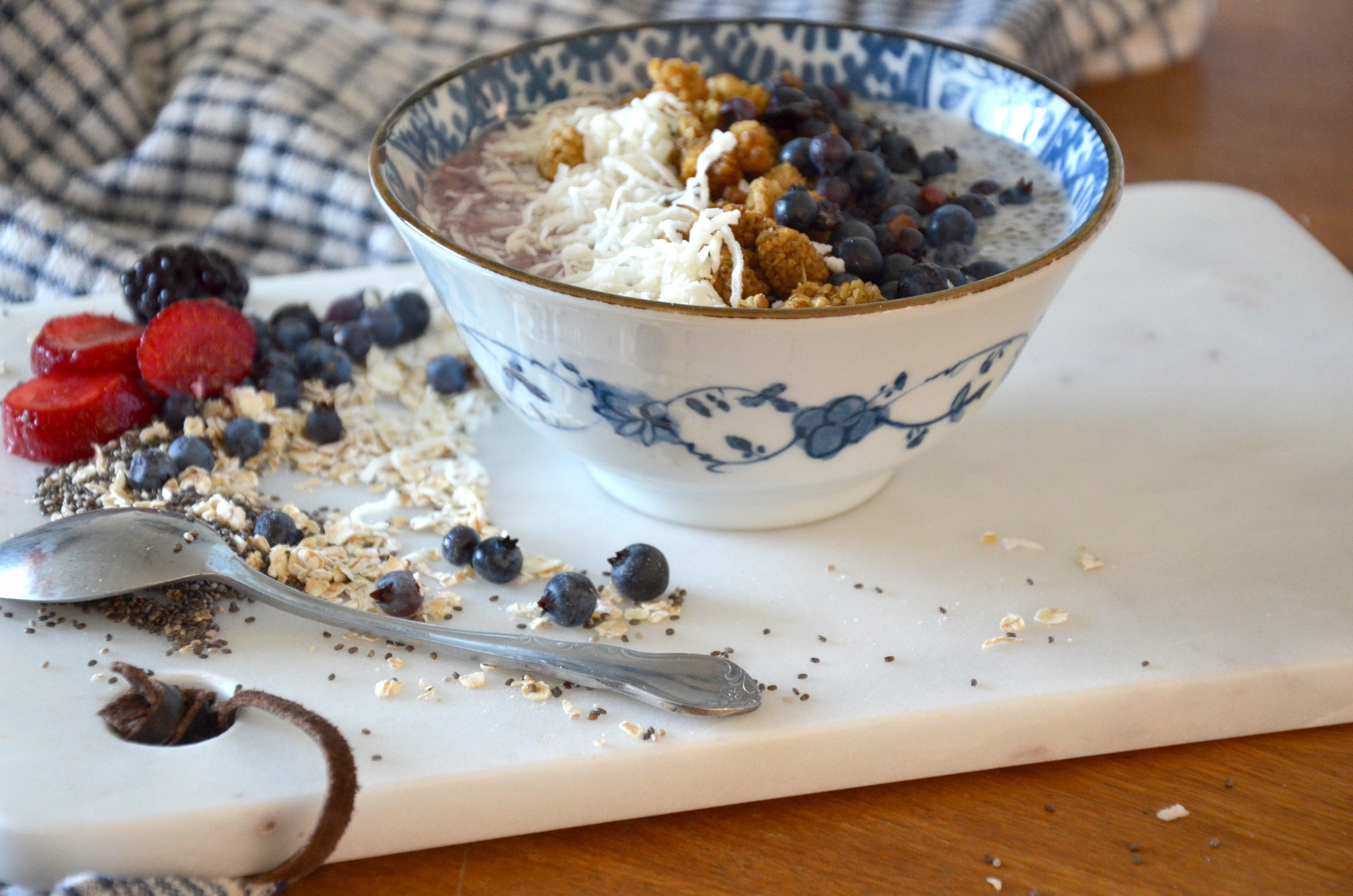 Bol de smoothie aux petits fruits et pudding aux graines de chia et yogourt