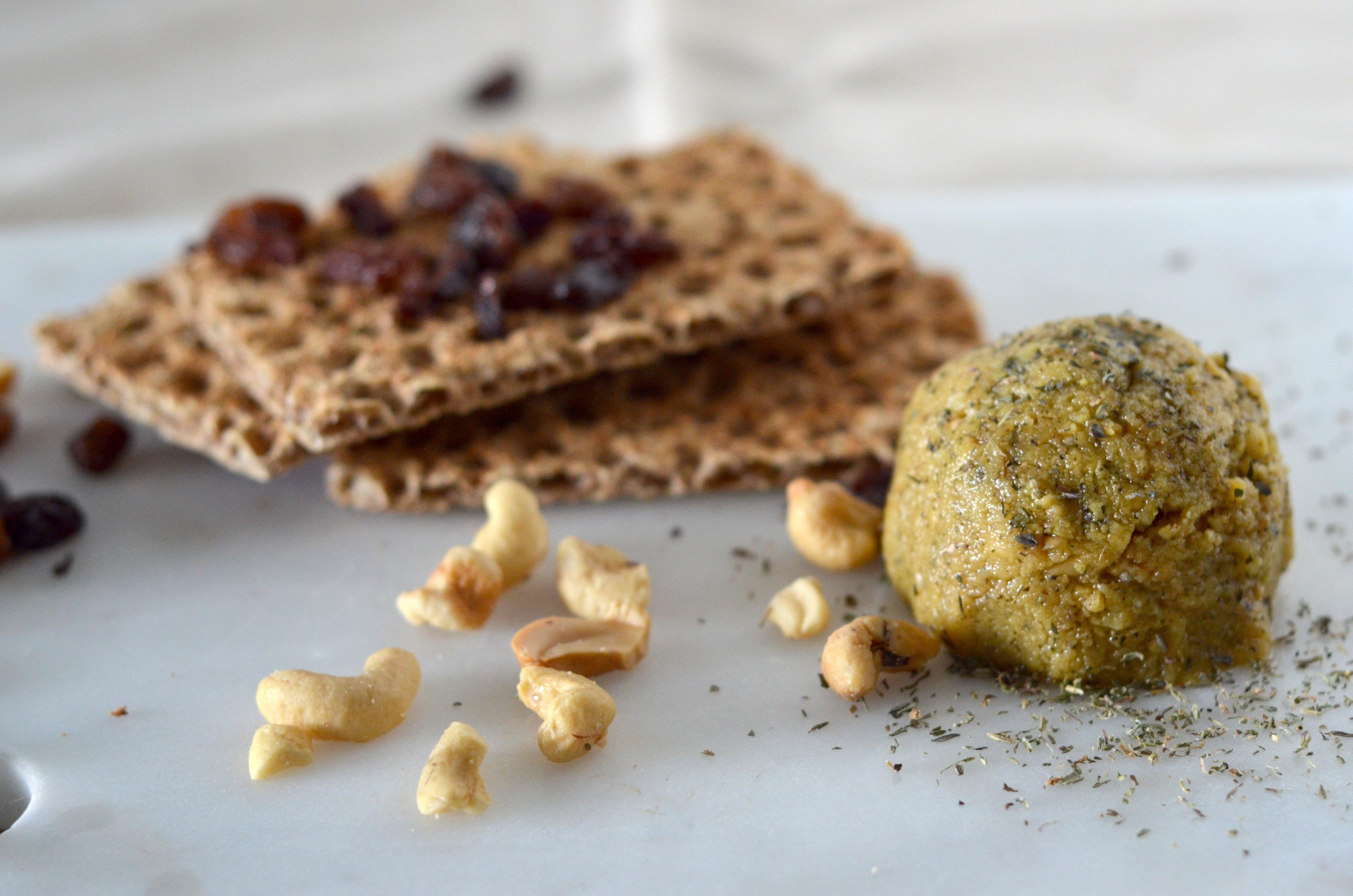 fauxmage de noix avec craquelin et fruits séchés