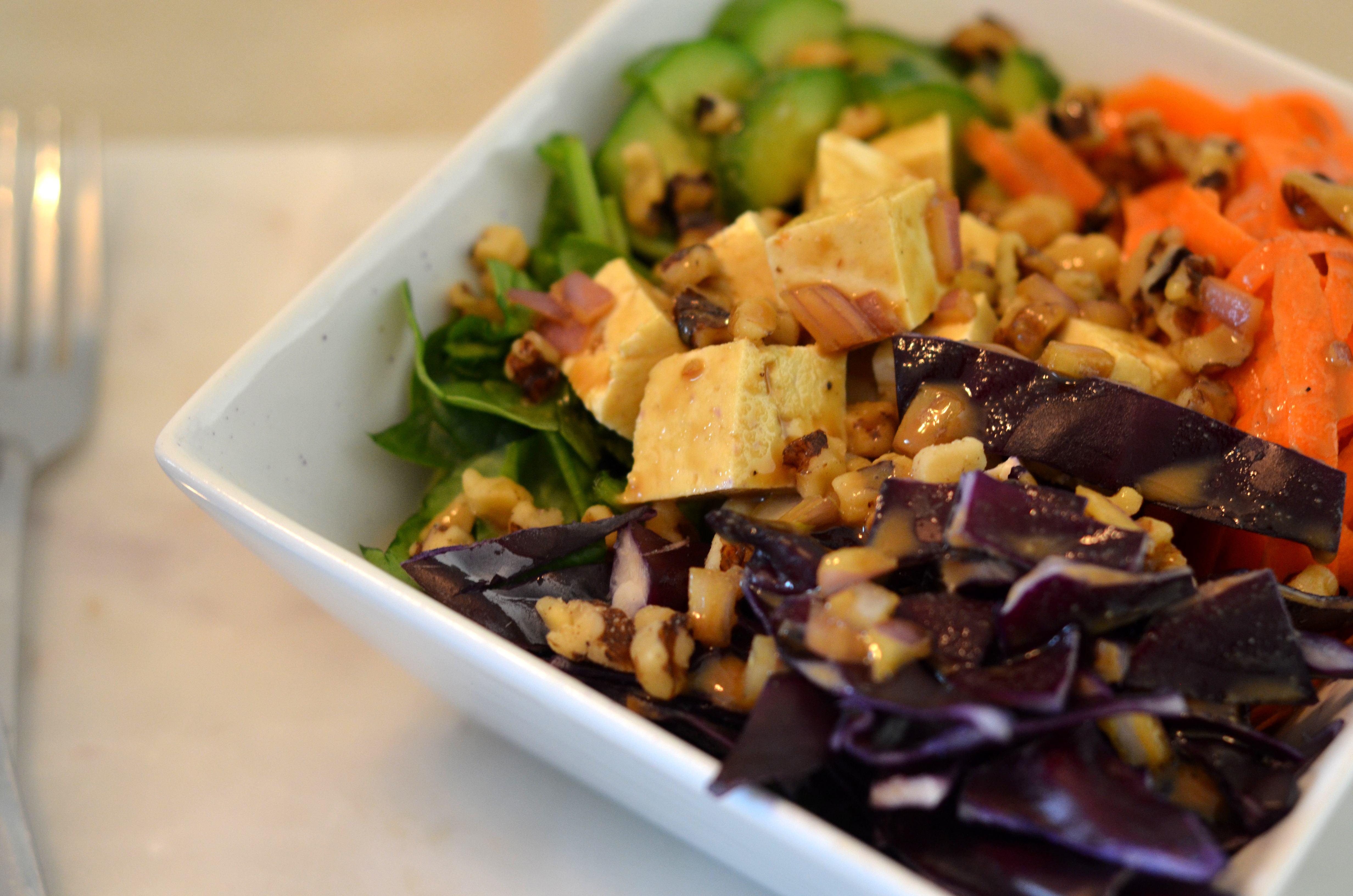 Salade tofu et chou rouge avec vinaigrette crémeuse